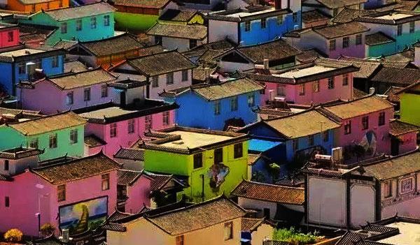 首尔梨花洞壁画村以前只是一个贫穷的半山村落,首尔市政府后来找来了70多名艺术家来粉饰这里,就有了这些好看的壁画,然后这里就经常出现在韩剧里,比如《屋塔房王世子》中王世子就曾来过这里。   吸引游客发展乡村旅游,墙绘、壁画、涂鸦成了众多村落不约而同的选择。目前来看,乡村墙绘确实起到了吸引带动游客、改善村容村貌、提升乡村景观、丰富旅游内容的作用。